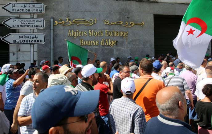 Des manifestants devant la Bourse d'Alger, le 23 août.