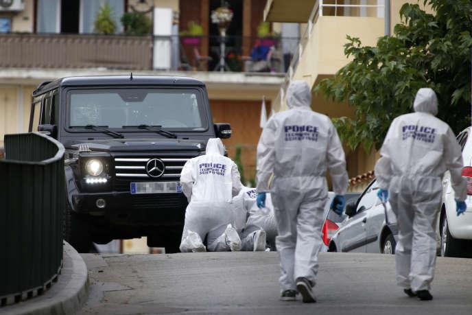 Des policiers examinent la voiture blindée de Guy Orsoni, à Ajaccio, en septembre 2018.