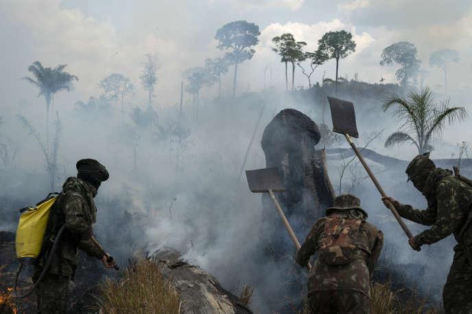 Des soldats brésiliens éteignent un feu dans la région de Nova Fronteira le 3 septembre.