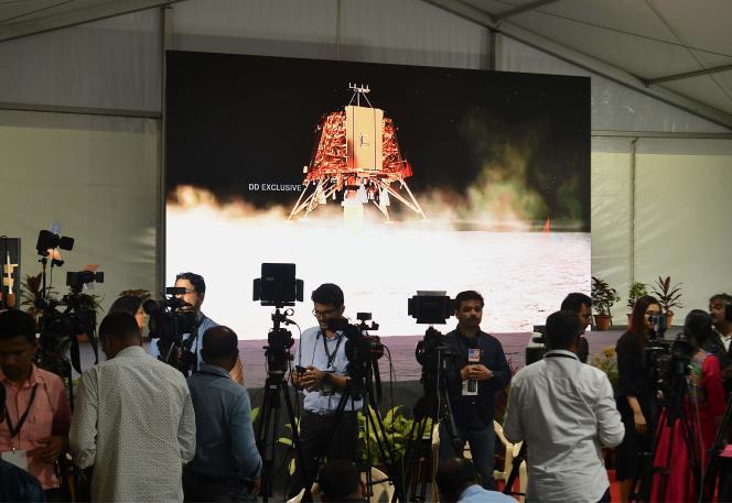 Les médias indiens suivent l'alunissage de la sonde Chandrayaan-2 et de l'atterrisseur Vikram, à Bangalore, le 6 septembre.