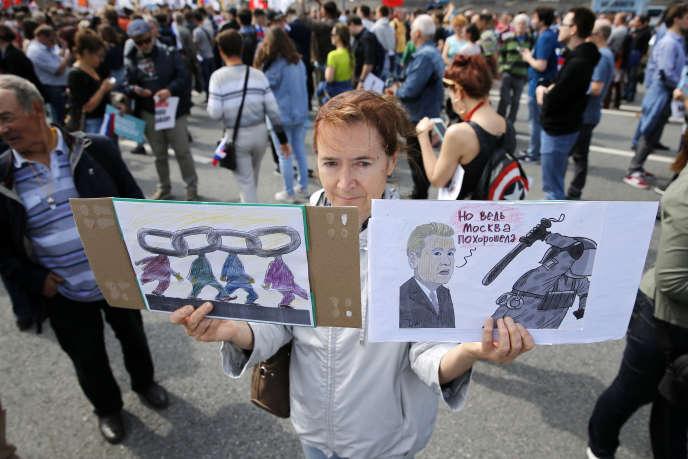 Une manifestante brandit une pancarte hostile au maire de Moscou,Sergueï Sobianine, le 20 juillet à Moscou.