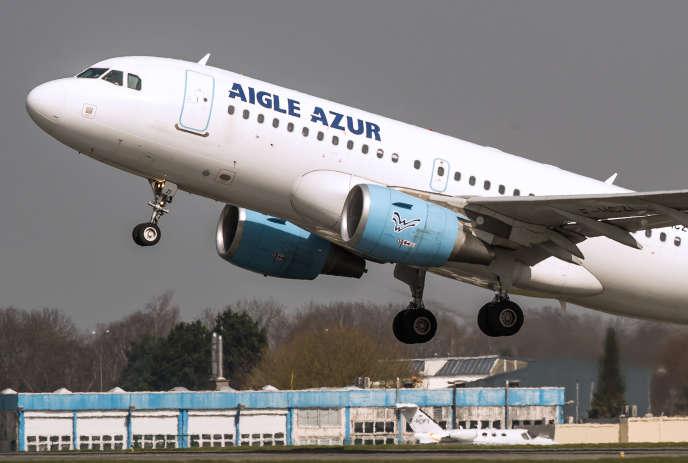 Un Airbus A318 de la compagnie Aigle Azur décole de l'aéroport de Lille-Lesquin, en 2015.