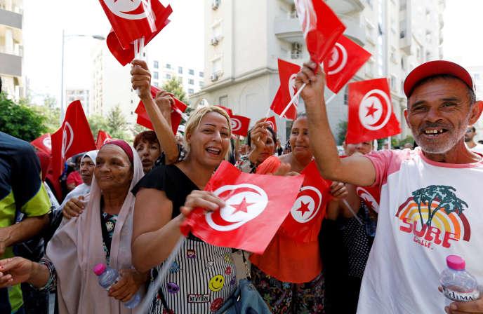 Des partisans du premier ministre tunisien Youssef Chahed lors de son annonce de candidature à l'élection présidentielle, à Tunis, le 9 août 2019.