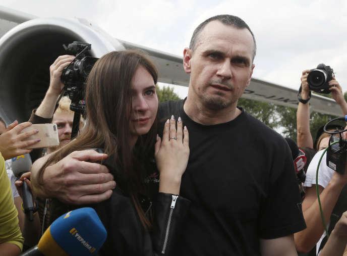 Le cinéaste ukrainien Oleg Sentsov, à son arrivée à l'aéroport principal de Kiev, samedi 7 septembre.