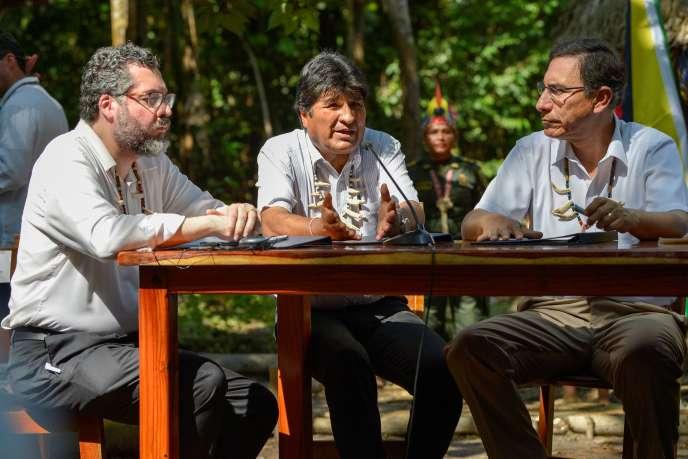 Le président bolivien, Evo Morales (au centre), le ministre brésilien des affaires étrangères, Ernesto Araujo (à gauche), et le président péruvien, Martin Vizcarra, le 6 septembre à Leticia, en Colombie.