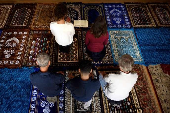 Anne-Sophie Monsinay et Eva Janadin, ont dirigé une prière mixte dans une mosquée, à Paris, le 7 septembre 2019.