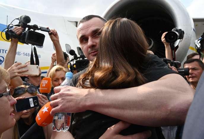 Parmi les prisonniers échangés, le plus célèbre est sans doute le cinéaste ukrainien Oleg Sentsov– ici serrant sa sœur dans ses bras juste après avoir débarqué à Kiev, samedi 7 septembre 2019.