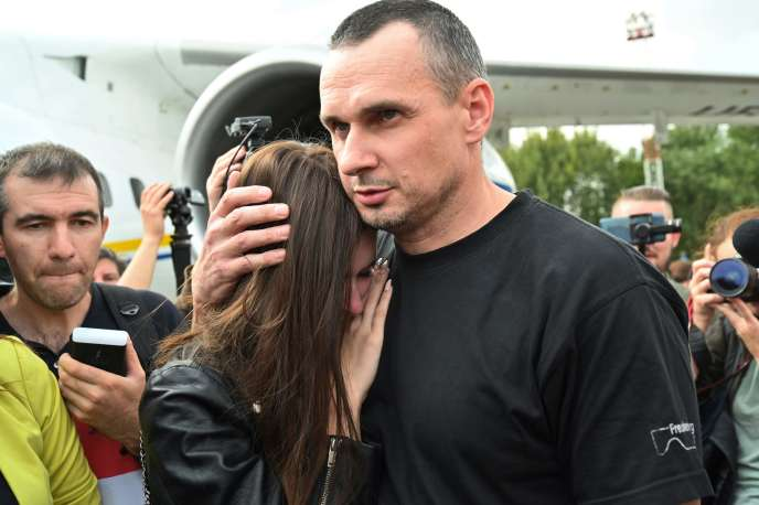 Le cinéaste ukrainien Oleg Sentsov et sa fille Alina Sentsova, le 7 septembre à l'aéroport de Kiev.