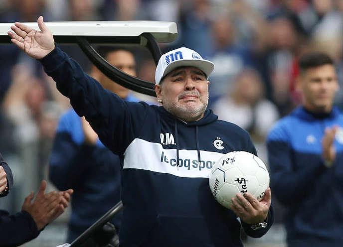 Diego Maradona salue les 30000supporteurs venus l'acclamer, le 8septembre, au stade du Gimnasia de LaPlata.