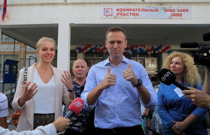 L'opposant Alexeï Navalny à la sortie d'un bureau de vote à Moscou, dimanche 8 septembre 2019.