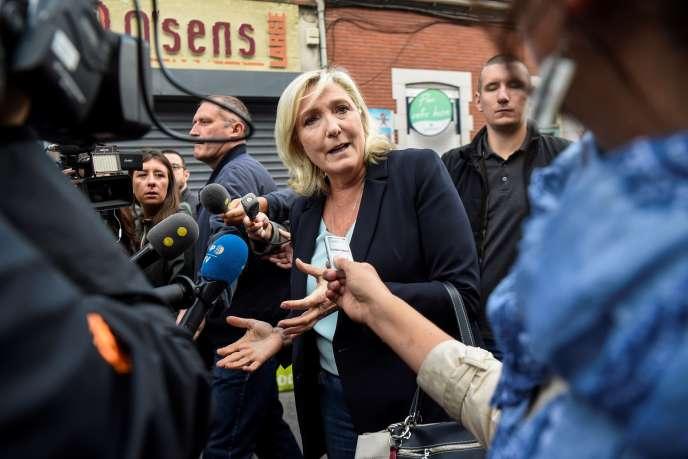 Marine Le Pen, entourée de journalistes, le 8 septembre à Hénin-Beaumont.