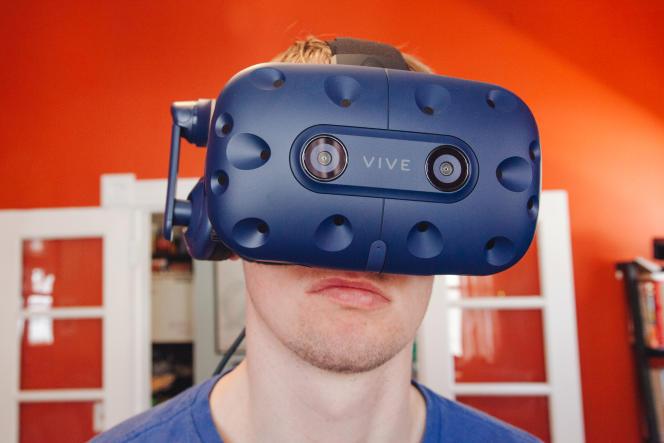 Vu de face, le Vive Pro ressemble beaucoup au Vive, mais son écran est meilleur et il intègre des capteurs améliorés qui lui permettent de gérer des espaces de jeu plus importants.