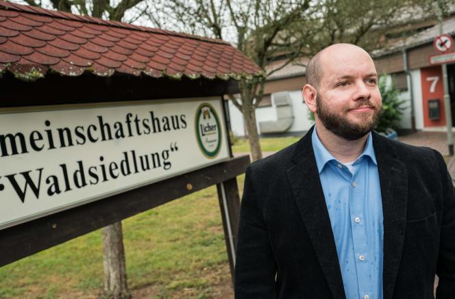 Stefan Jagsch, du Parti national-démocrate d'Allemagne (NDP), parti d'extrême droite, pose devant la maison communautaire d'Altenstadt-Waldsiedlung, dans le district d'Altenstadt, à 30km au nord-est de Francfort, le 8septembre2019.