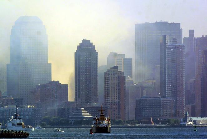 Le nuage de poussière qui continuait à enserrer New York, le 12 septembre 2001.
