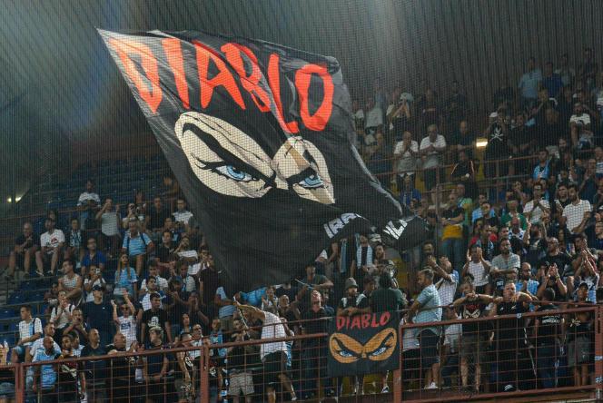 Des fans de la Lazio rendent hommage à leur leader Fabrizio Piscitelli dans le stade de Gènes le 25 août.