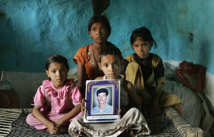 La famille d'un agriculteur indien ayant ingéré des pesticides, provoquant sa mort, près deNagpour, en 2006.