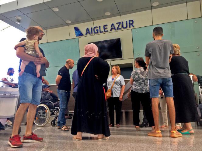 Des passagers attendent au comptoir de la compagnie française Aigle Azur, le 6 septembre 2019 à l'aéroport international d'Alger.