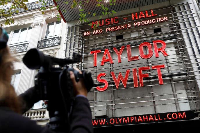 La devanture de l'Olympia, illuminée des lettres de la chanteuse américaine Taylor Swift, boulevard des Capucines à Paris, le 9 septembre 2019.