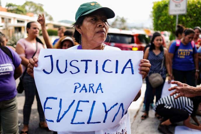 San Salvador, le 9 septembre. Des féministes manifestent devant le siège du parquet pour exiger l'abandon des charges contre Evelyn Hernandez. REUTERS/Jose Cabezas