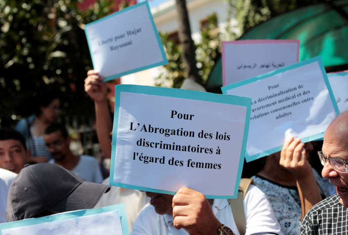 Des militants marocains manifestent en signe de solidarité avec Hajar Raissouni, journaliste inculpé de fornication et d'avortement, lors d'une manifestation organisée devant le tribunal de Rabat, au Maroc, le 9 septembre 2019.