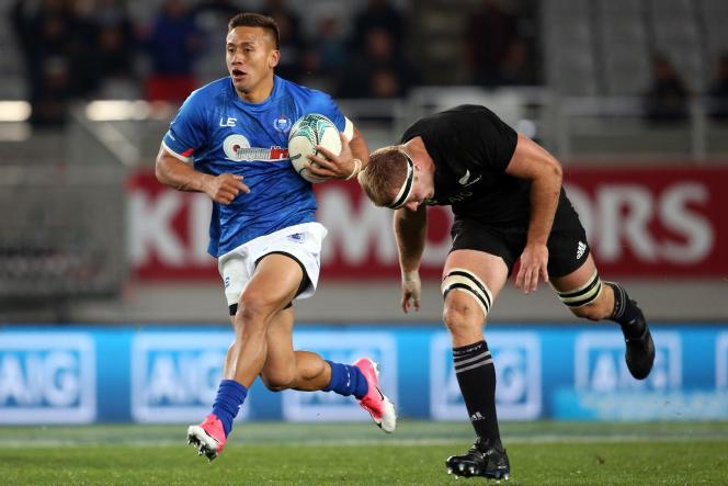 Le Samoan Tim Nanai-Williams échappe au plaquage du All Black Sam Cane, le 16 juin 2017, en Nouvelle-Zélande.