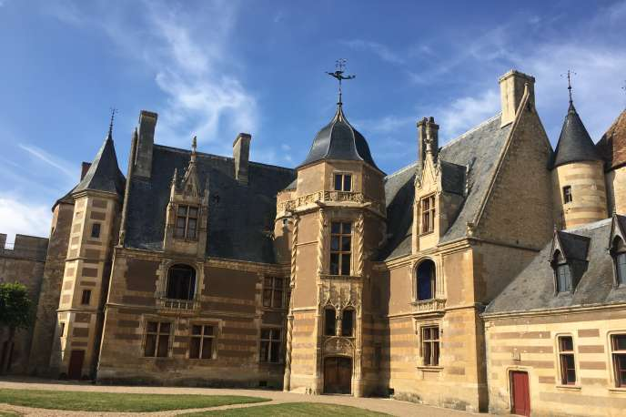 Le logis Renaissance du château d'Ainay-le-Vieil.