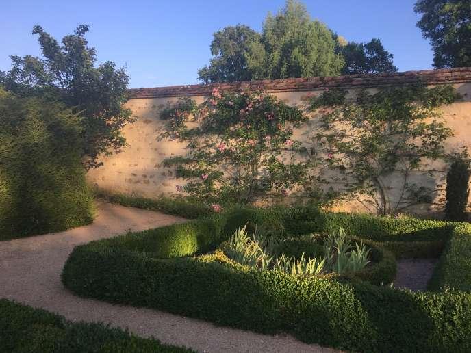 Un jardin dans une des « chartreuses» d'Ainay-le-Vieil.