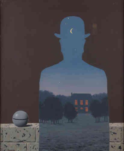 """«Le titre de l'œuvre,""""L'Heureux Donateur"""",ferait allusion à la bienveillance de Jean Coquelet, conservateur du Musée d'Ixelles de 1957 à 1987, pour témoigner de la reconnaissance de René Magritte envers ce conservateur à l'origine de l'organisation de la première rétrospective du peintre, en 1956. A la fois ambiguë et simple de lecture, cette œuvre est considérée comme l'un des chefs-d'œuvre des collections du musée d'Ixelles et de l'œuvre de l'artiste.»"""