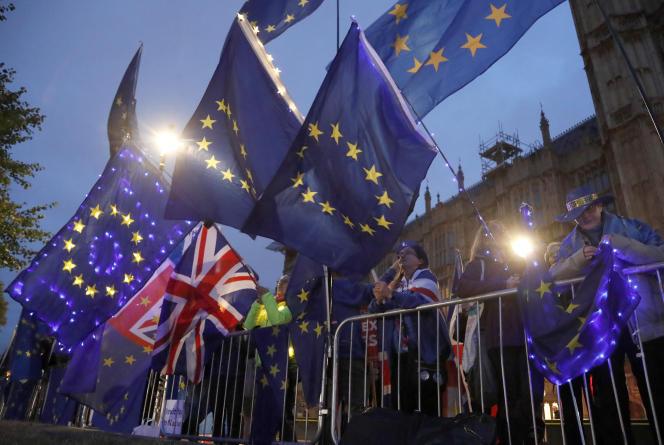 Des manifestants pro-européens devant le Parlement, à Londres, le 9septembre.