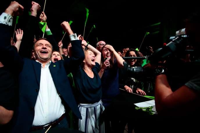 Une Bastholm (à droite) et Arild Hermstad (à gauche), du Parti de l'environnement, célèbrent leurs résultats aux élections locales, le 9 septembre à Oslo.