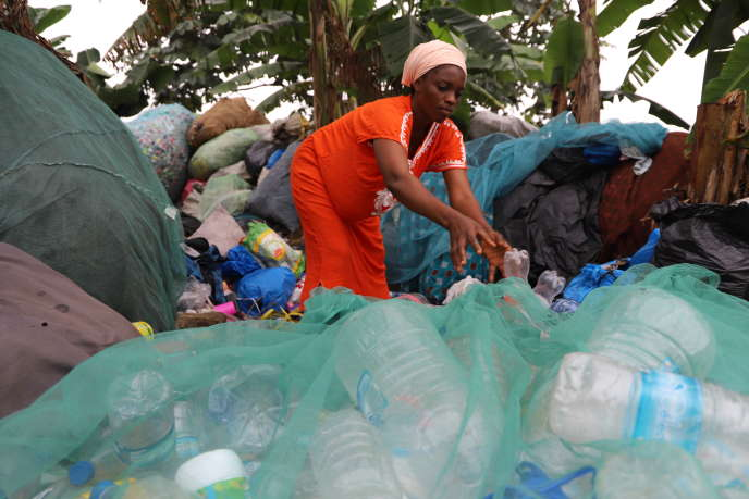 Namizata Cissé est collectrice de déchets plastique à Abidjan : elle trie et revend ses ballots à des intermédiaires qui les acheminent dans les usines de transformation.