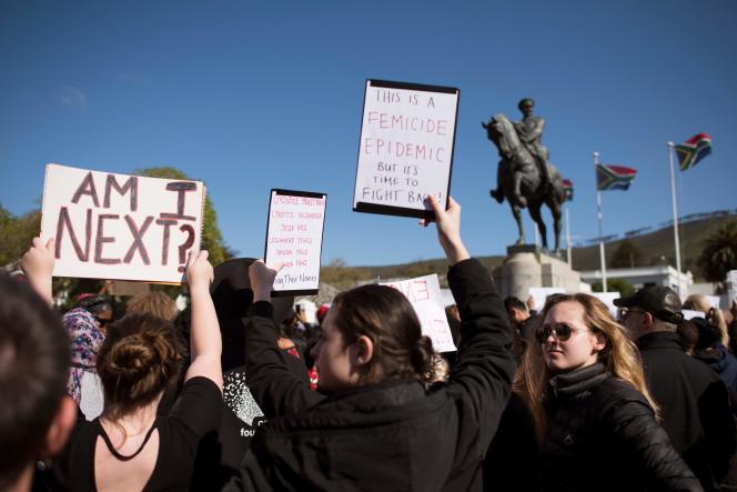En réaction au viol et au meurtre d'une étudiante, des manifestants se sont réunis devant le Parlement, au Cap, le 4 septembre.