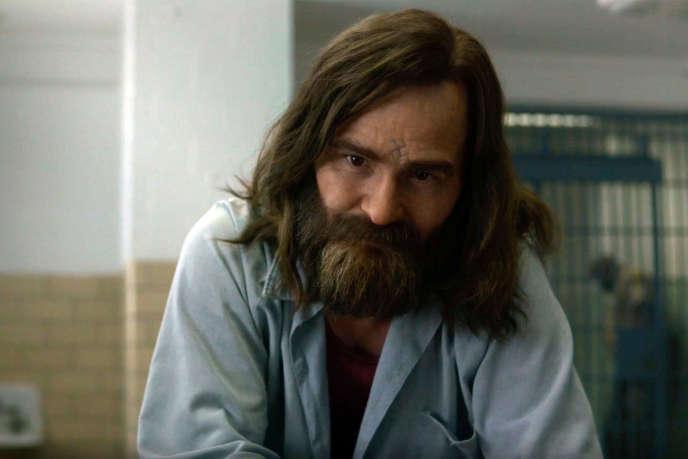 Damon Herriman interprète Charles Manson dans «MindHunter», de David Fincher. Il campe le même personnage dans « Once Upon a Time…» de Tarantino.