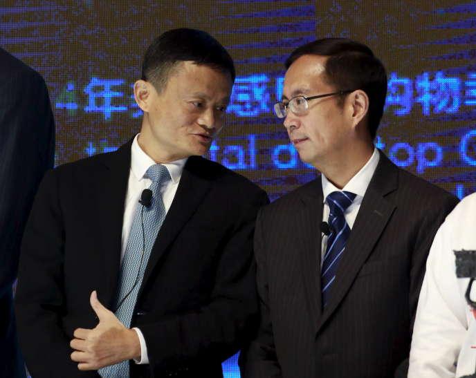 Le fondateur et président d'Alibaba, Jack Ma (à gauche), aux côtés de son directeur général, Daniel Zhang, à Pékin, le 11 novembre 2015.
