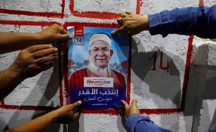 Une affiche du candidat du parti islamiste Ennahda à la présidentielle tunisienne, Abdelfattah Mourou, à Tunis, le 2 septembre.