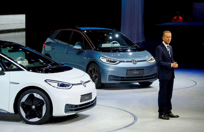 Le PDG de Volkswagen, Herbert Diess, présente des prototypes d'ID3, une voiture électrique, au Salon automobile de Francfort, le 9 septembre.