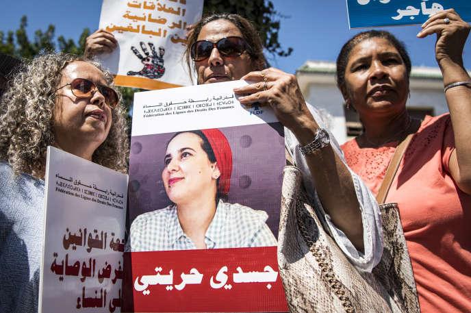 Des manifestantes arborent le portrait de Hajar Raissouni, journaliste marocaine du quotidien «Akhbar Al-Youm» accusée d'«avortement illégal» et de« débauche»(relation sexuelle hors mariage), à Rabat, le 9 septembre 2019.