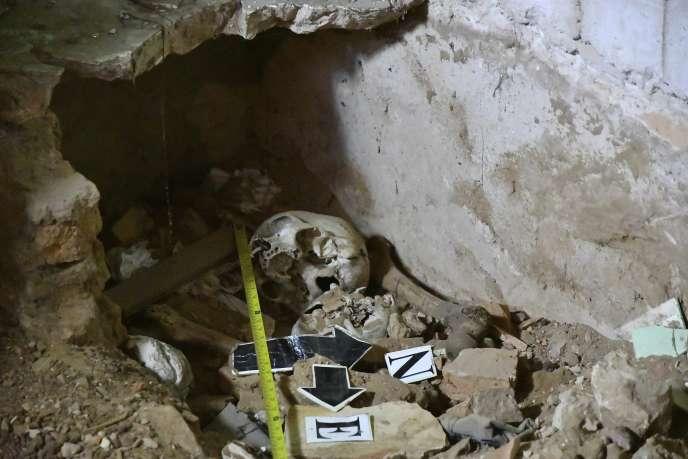 Les restes humains ont été retrouvés sous le sol de la cuisine.