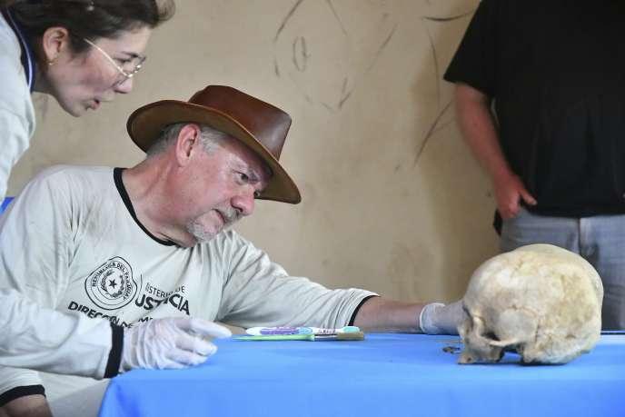 Rogelio Goiburu, président de la Commission vérité, justice et réparation, examine un crâne découvert dans l'une des maisons de l'ancien dictateur Alfredo Stroessner.