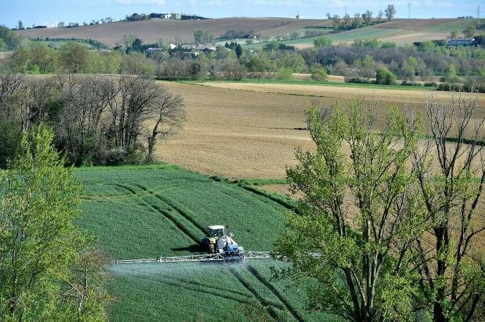 Un fermier diffuse des pesticides par pulvérisation sur son champ, le 17avril 2018, àVillefranche-de-Lauragais (Haute-Garonne).