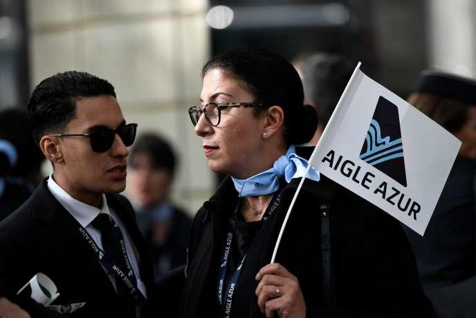 Des employés d'Aigle Azur manifestent devant le ministère des transports, à Paris, le 9 septembre.