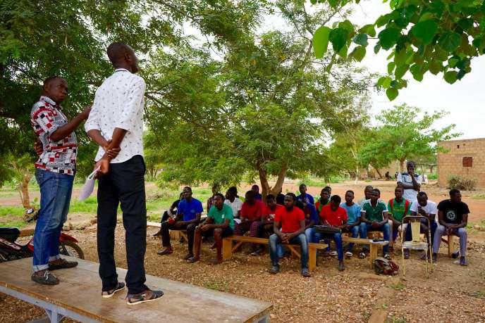 Comme chaque dimanche, les étudiants de la cité universitaire de Kossodo, à Ouagadougou, se rassemblent pour débattre des sujets d'actualité. Face à la montée de la menace terroriste, la colère et l'incompréhension s'expriment.