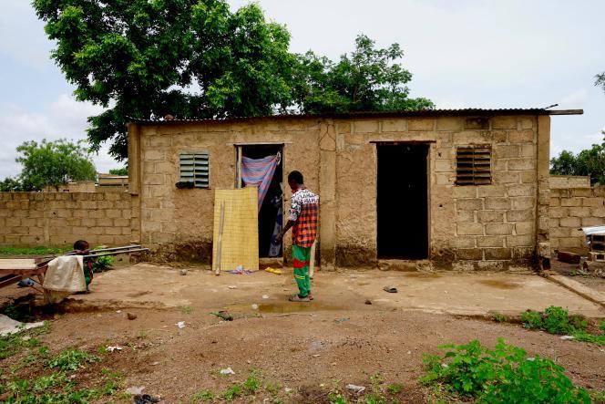 Hamadoum, 18 ans, a dû abandonner l'école il y a trois ans et fuir son village du nord du Burkina Faso à cause des attaques terroristes. Il a trouvé refuge dans un quartier périphérique de Ouagadougou.