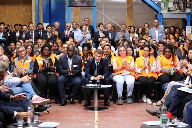 Emmanuel Macron etquelque 200 acteurs de l'insertion réunis dans un hangar d'Ateliers sans frontières, à Bonneuil-sur-Marne (Val-de-Marne), le 10 septembre.