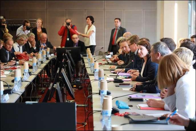 Agnès Buzyn (à droite au centre), ministre de la santé, lors d'une réunion avec les professionnels de santé et des urgences, pour présenter le plan d'urgence, à Paris, lundi 9 septembre.