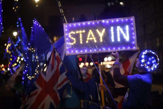 « Si les Britanniques sont incapables d'agir à cause de leurs problèmes internes, peut-être les chefs d'Etat ou de gouvernement qui ont transmis à M. Johnson des messages encourageants ces derniers temps pourront-ils ouvrir la porte à la négociation» (Photo: manifestation contre le Brexit, à Londres, le 9 septembre).