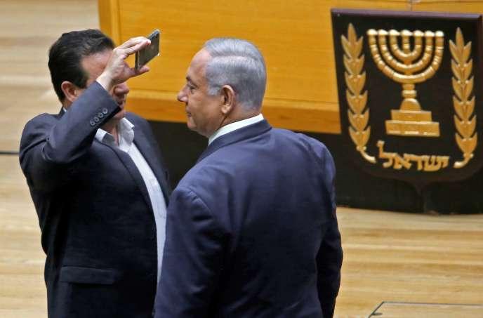 Le député arabe israélien Ayman Odeh braque son téléphone face au visage du premier ministre Benyamin Nétanyahou, afin de dénoncer sa volonté d'autoriser les militants du Likoud à filmer les électeurs dans les quartiers arabes, le 11 septembre à laKnesset.
