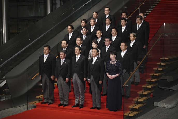 Tokyo, mercredi 11 septembre. Le premier ministre japonais Shinzo Abe (premier rang au centre) et son nouveau gouvernement.