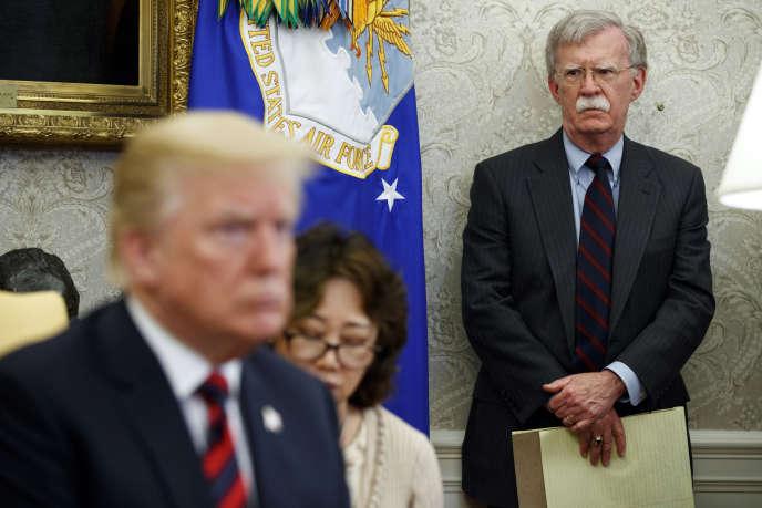 John Bolton (à droite), dans le bureau Ovale, à Washington, le 22 mai 2018.