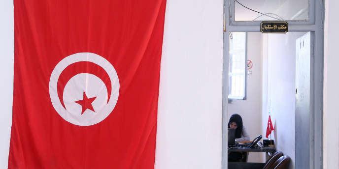 Le drapeau tunisien devant l'un des bureaux de l'Instance supérieure indépendante pour les élections (ISIE) à Tunis, qui préparent les élections présidentielle et législatives de septembre et octobre 2019.